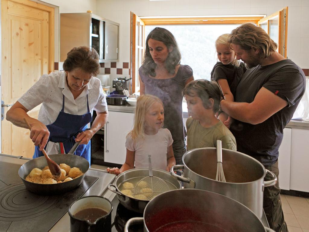 familienurlaub-bauernhof-kochen-mit-oma